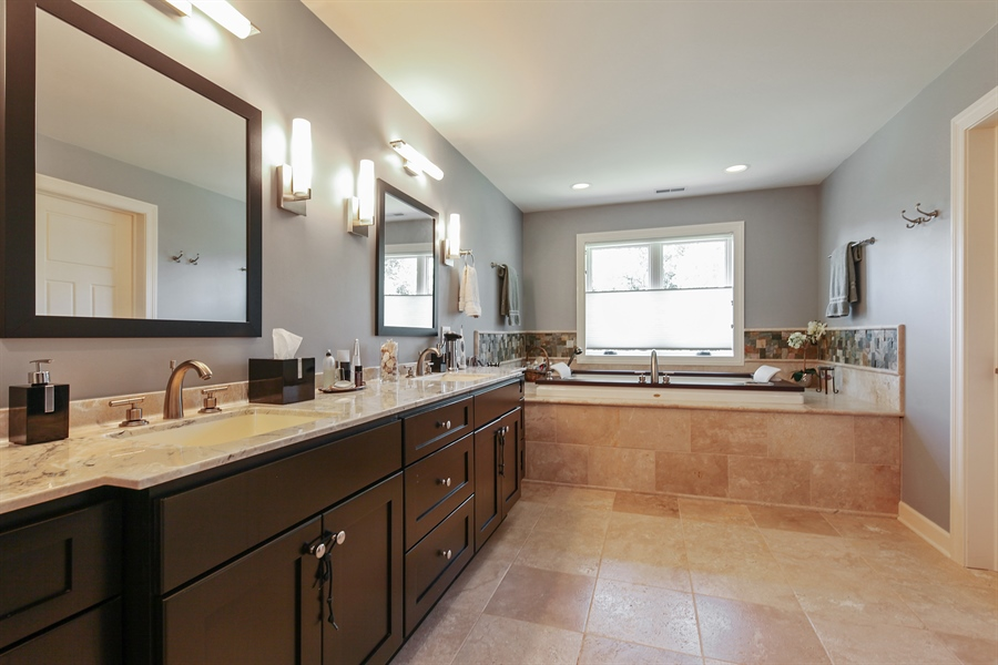Real Estate Photography - 10 W Peter Ln, Hawthorn Woods, IL, 60047 - Master Bathroom