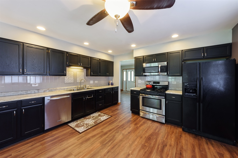 Real Estate Photography - 2404 Robin Ln, Rolling Meadows, IL, 60008 - Kitchen