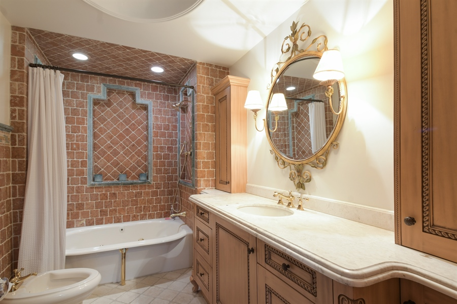 Real Estate Photography - 531 Greenleaf Ave, Wilmette, IL, 60091 - Master Bathroom