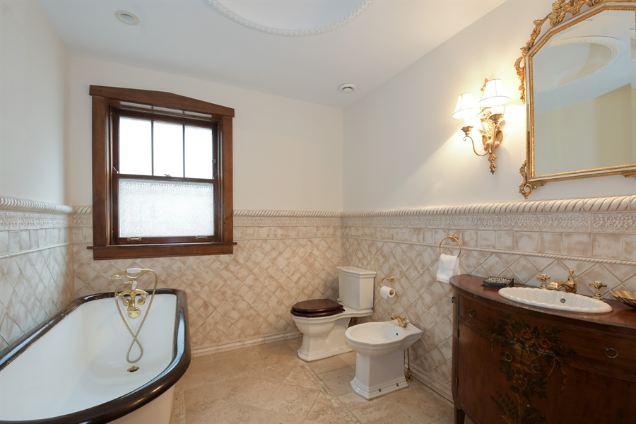 Real Estate Photography - 531 Greenleaf Ave, Wilmette, IL, 60091 - Bathroom