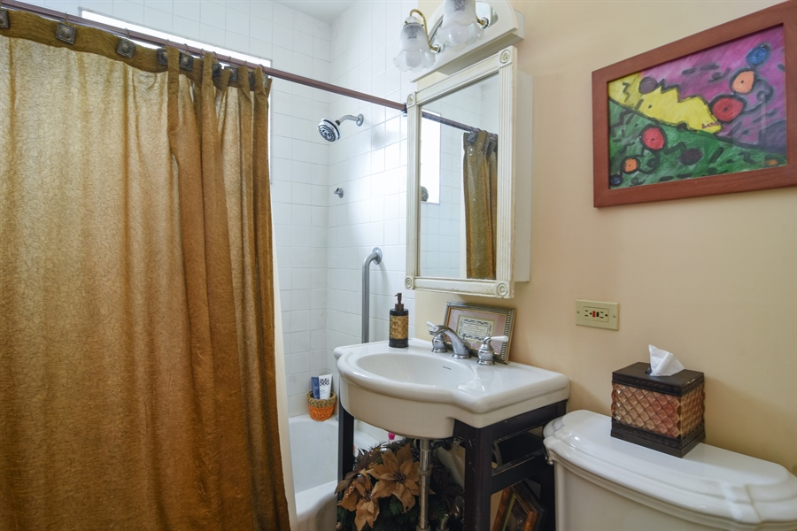 Real Estate Photography - 353 E Washington, Des plaines, IL, 60016 - Bathroom