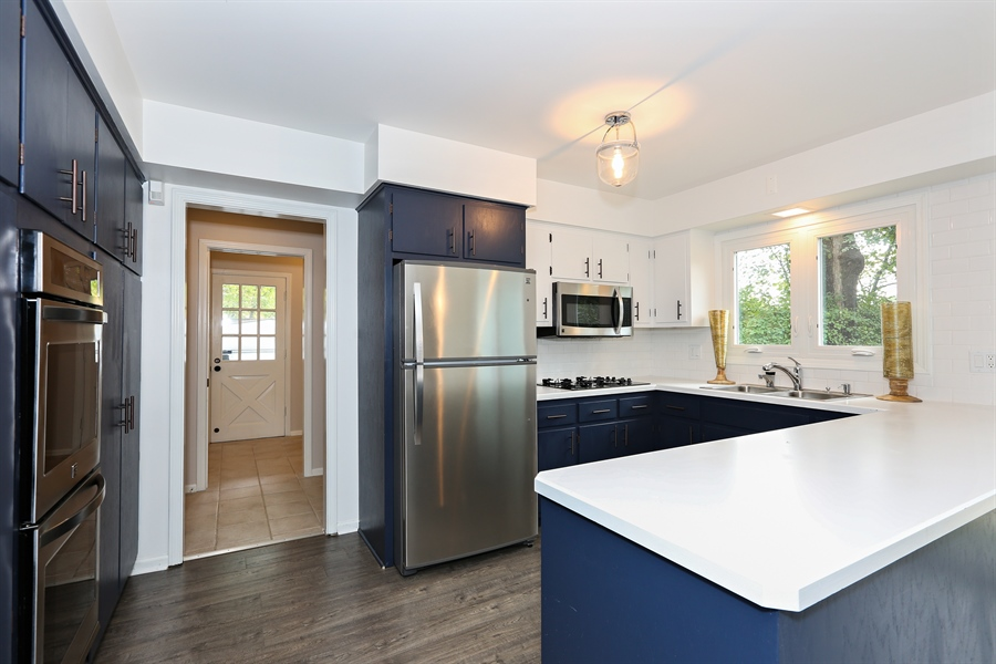 Real Estate Photography - 9 Hamill Lane, Clarendon Hills, IL, 60514 - Kitchen