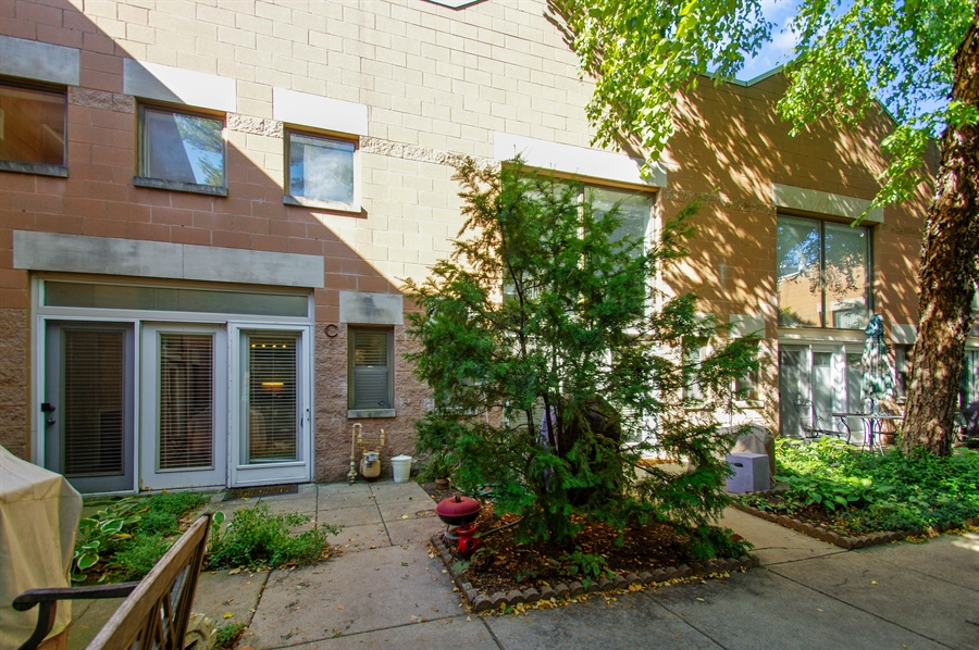 Real Estate Photography - 1130 W Cornelia Ave, C, Chicago, IL, 60657 - Courtyard