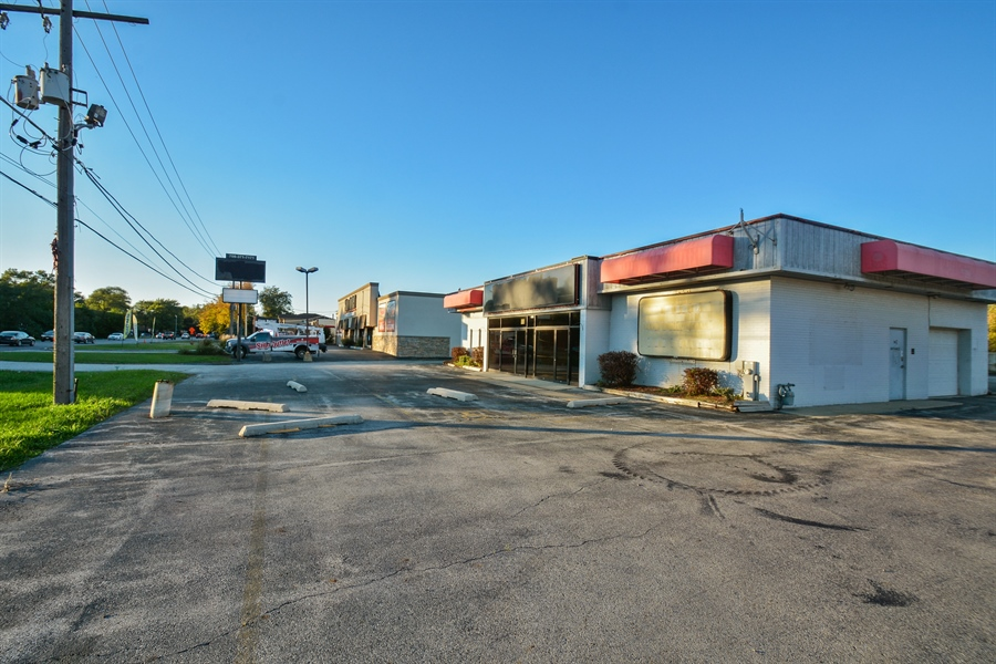 Real Estate Photography - 5510 W Cal Sag Rd, 1, Alsip, IL, 60803 - Front View