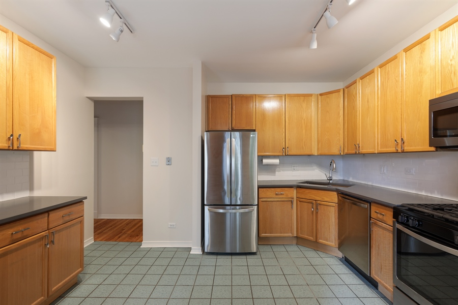 Real Estate Photography - 1349 W. Sunnyside, 1, Chicago, IL, 60640 - Kitchen