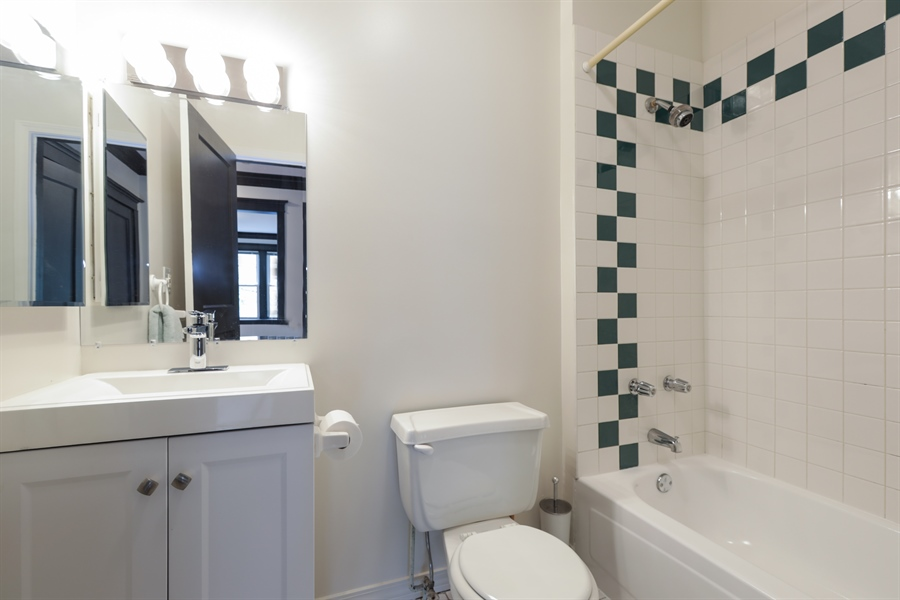 Real Estate Photography - 1349 W. Sunnyside, 1, Chicago, IL, 60640 - Bathroom