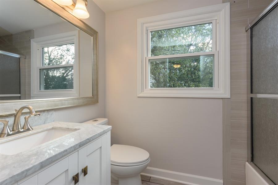 Real Estate Photography - 660 Essington Ln, Buffalo Grove, IL, 60089 - 2nd Bathroom