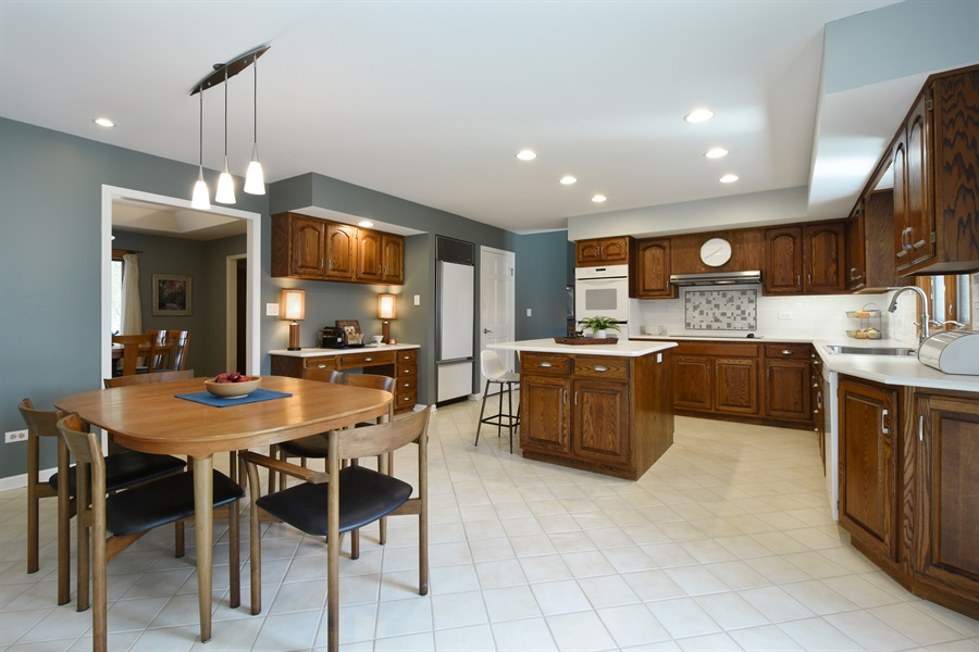 Real Estate Photography - 2120 Applecross, Inverness, IL, 60010 - Kitchen / Breakfast Room