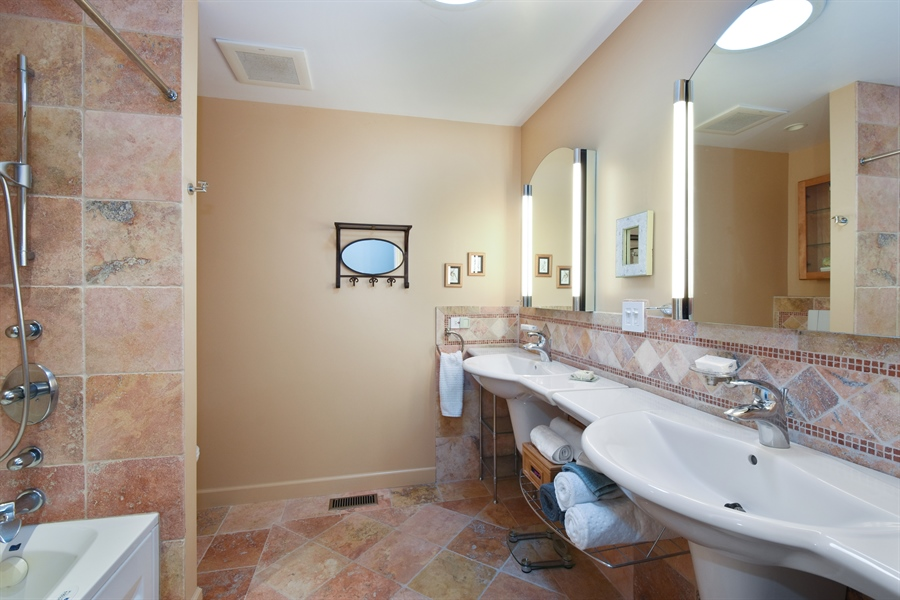 Real Estate Photography - 2120 Applecross, Inverness, IL, 60010 - Hall Bath