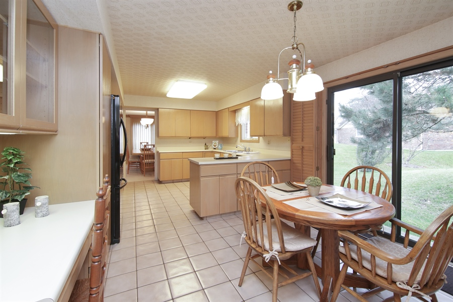 Real Estate Photography - 144 Arrowwood, Northbrook, IL, 60062 - Kitchen / Breakfast Room