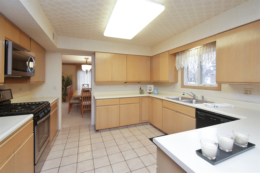 Real Estate Photography - 144 Arrowwood, Northbrook, IL, 60062 - Kitchen