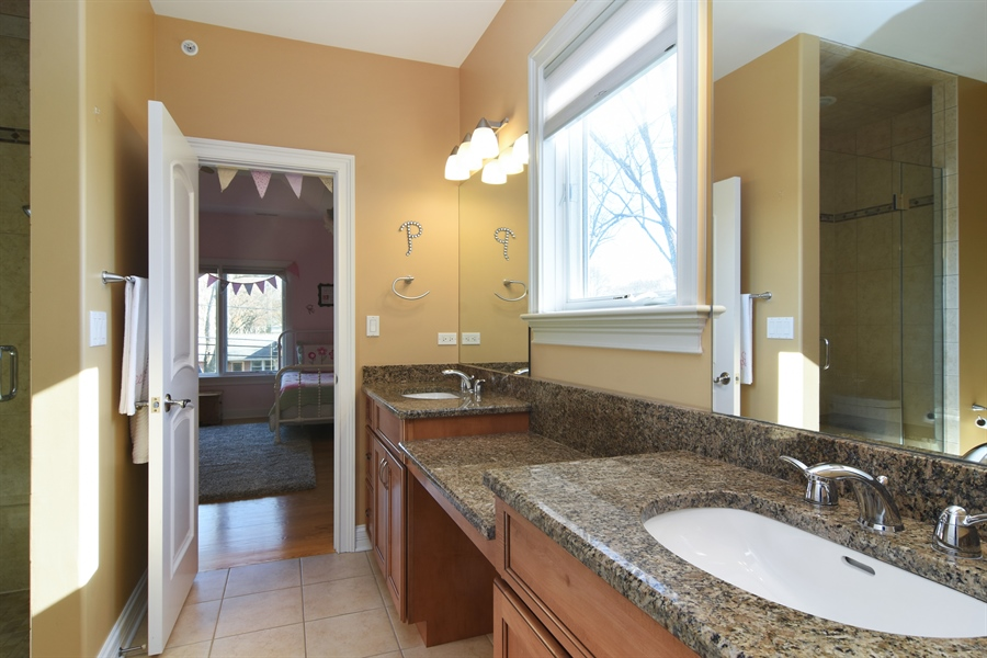 Real Estate Photography - 207 S Bobby Ln, Mt Prospect, IL, 60056 - Access Jack and Jill Full Bath from Br 3