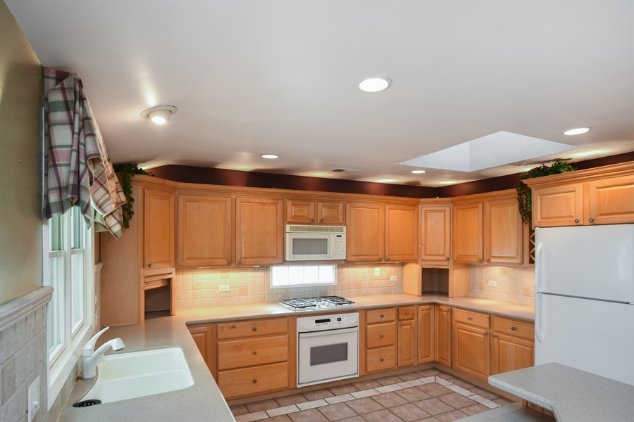Real Estate Photography - 26072 W Indian Trail Rd, Barrington, IL, 60010 - Kitchen