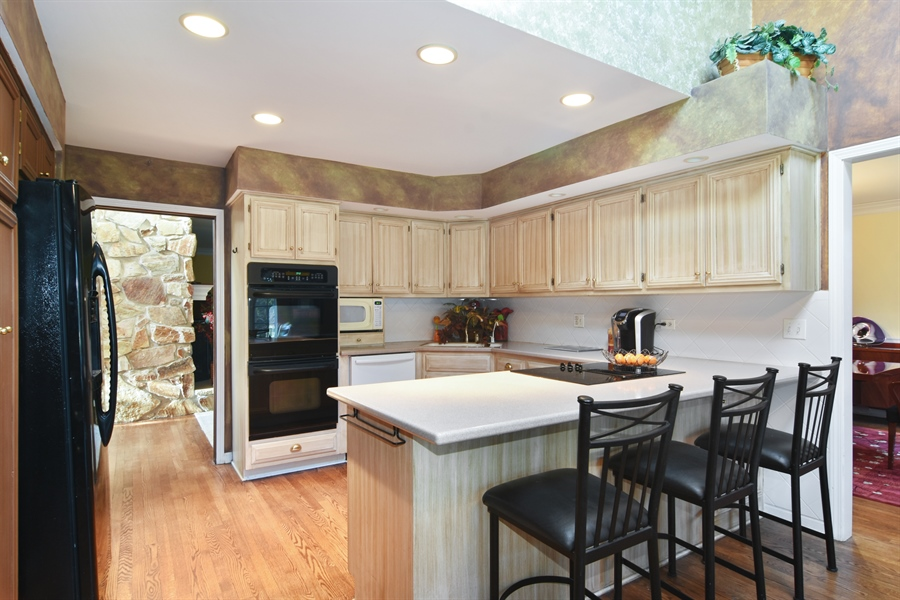 Real Estate Photography - 9 Lake View Road, hawthorn Woods, IL, 60047 - Kitchen