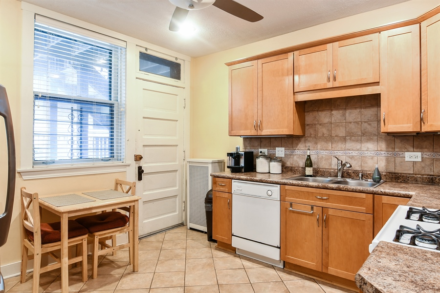 Real Estate Photography - 745 W Brompton, 2S, Chicago, IL, 60657 - Kitchen