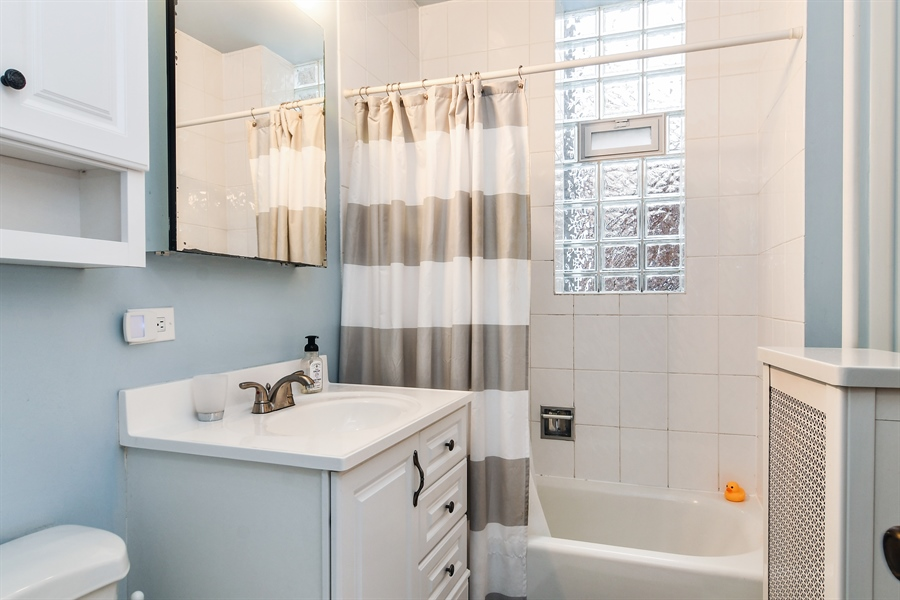 Real Estate Photography - 745 W Brompton, 2S, Chicago, IL, 60657 - Bathroom