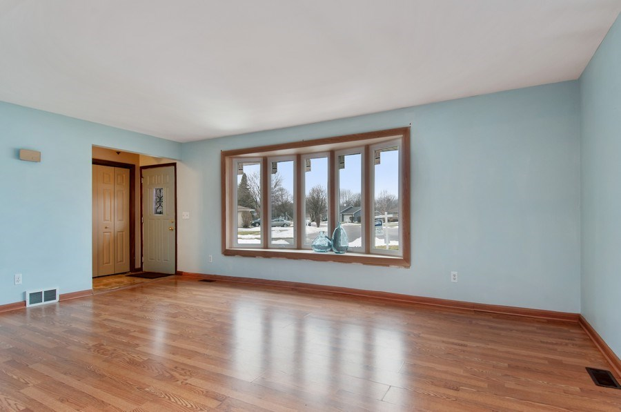 Real Estate Photography - 120 Naden Ct., Yorkville, IL, 60560 - Living Room