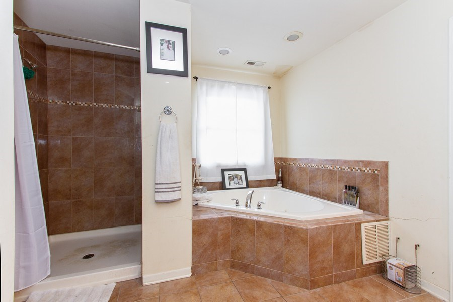 Real Estate Photography - 14 Pembrook Ct, Flossmoor, IL, 60422 - Master Bathroom
