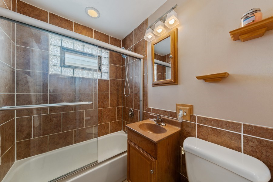Real Estate Photography - 601 N Grace st, lombard, IL, 60148 - Bathroom