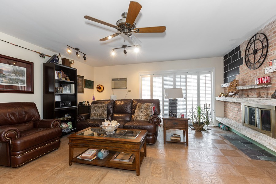 Real Estate Photography - 4250 Saratoga Ave., Unit 114, Downers Grove, IL, 60515 - Living Room