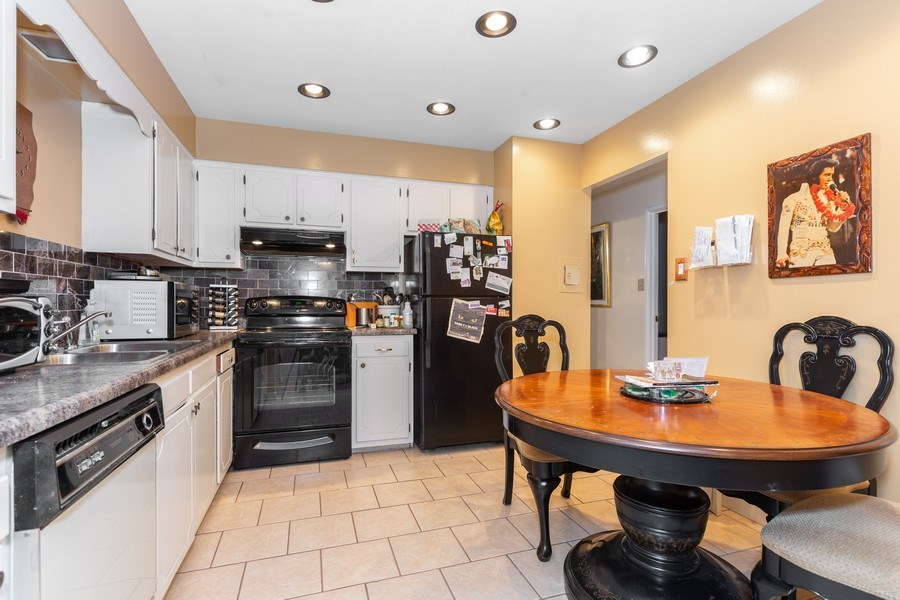 Real Estate Photography - 4250 Saratoga Ave., Unit 114, Downers Grove, IL, 60515 - Kitchen