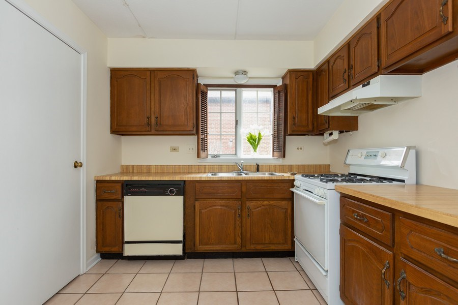Real Estate Photography - 12 Algonquin Dr., Unit 2, Indian Head Park, IL, 60525 - Kitchen