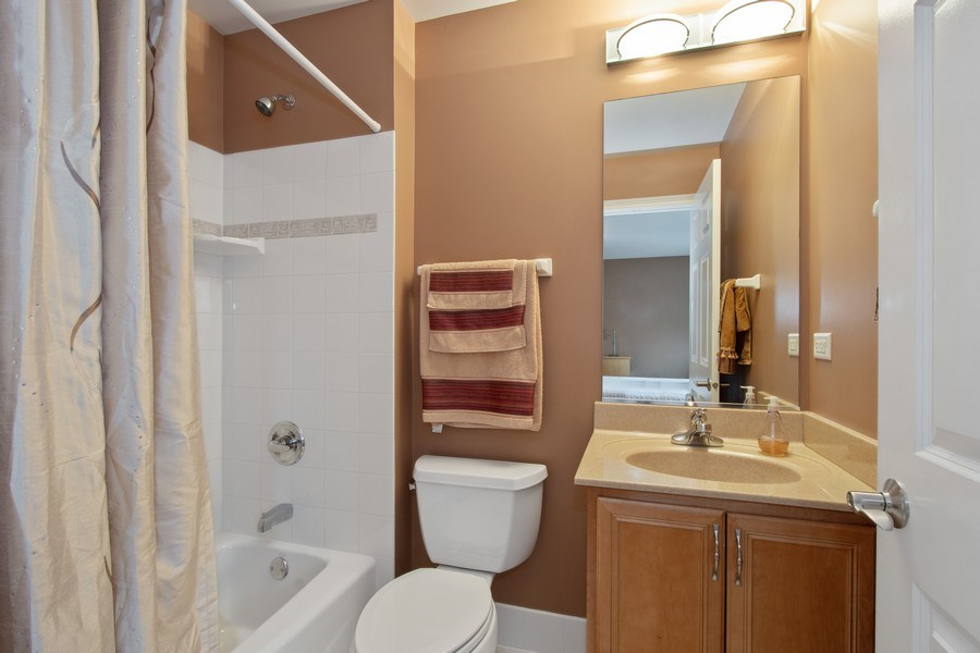 Real Estate Photography - 600 Sutherland Ct., Inverness, IL, 60010 - 2nd Bathroom