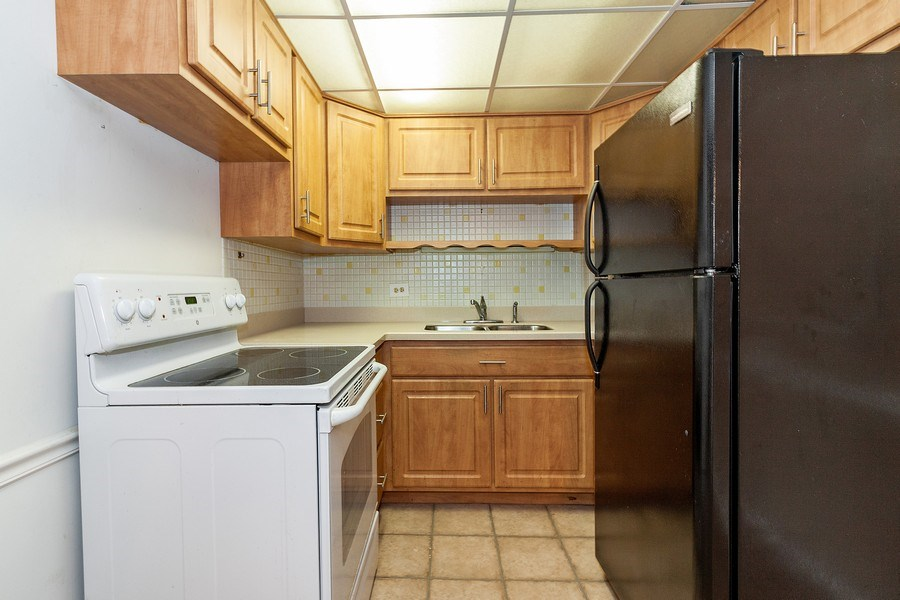 Real Estate Photography - 5300 Walnut Ave, 18C, Downers Grove, IL, 60515 - Kitchen