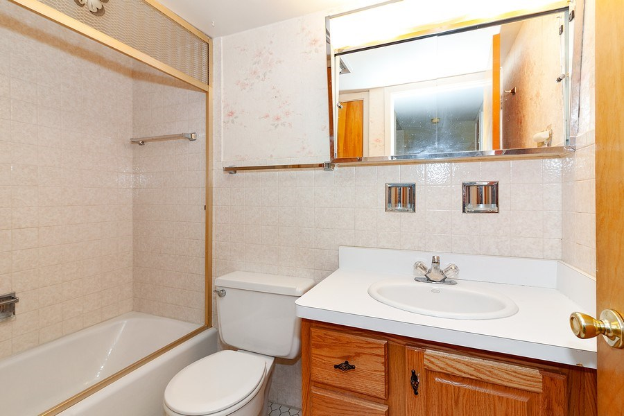 Real Estate Photography - 5300 Walnut Ave, 18C, Downers Grove, IL, 60515 - Bathroom