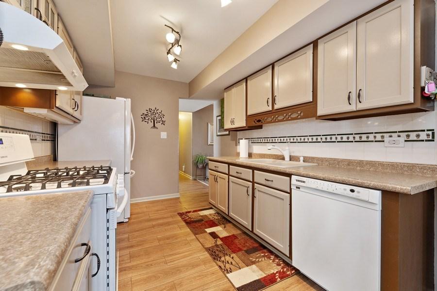 Real Estate Photography - 21W510 Buckingham Road, Gen Ellyn, IL, 60137 - Kitchen