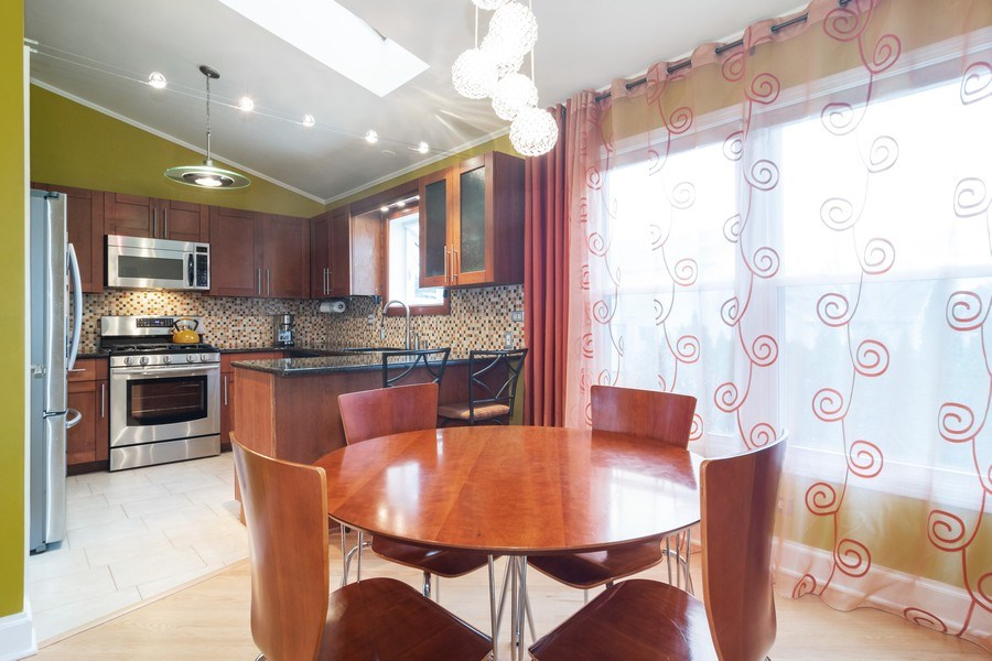 Real Estate Photography - 983 Shady Tree Lane, Wheeling, IL, 60090 - Kitchen / Breakfast Room