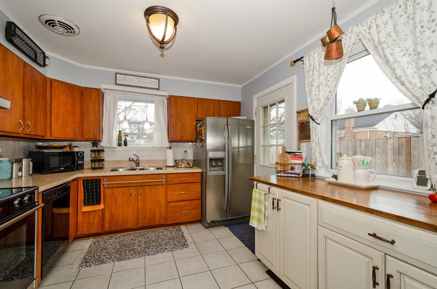 Real Estate Photography - 28 Ardmore, Glenview, IL, 60025 - Kitchen