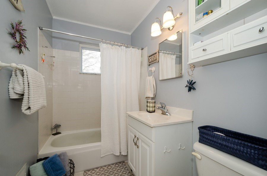 Real Estate Photography - 28 Ardmore, Glenview, IL, 60025 - Bathroom