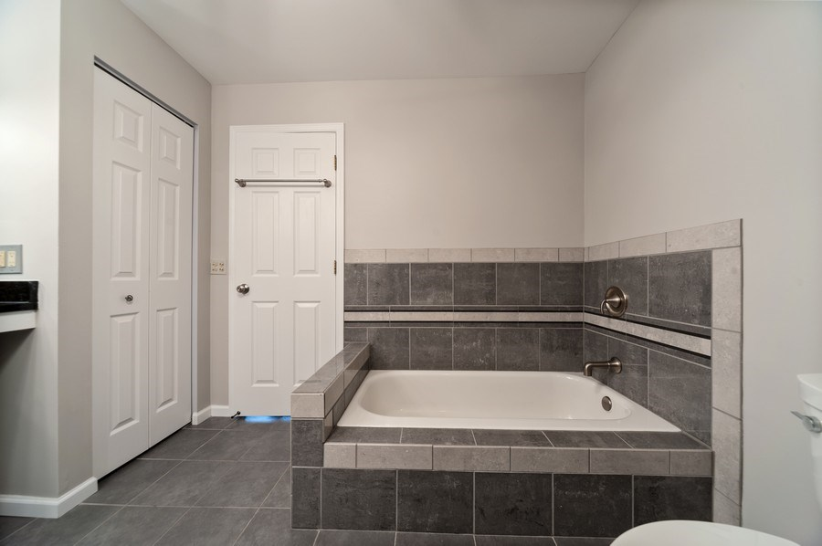 Real Estate Photography - 117B Rob Roy, Second flr, Prospect Hgts, IL, 60070 - Master Bathroom