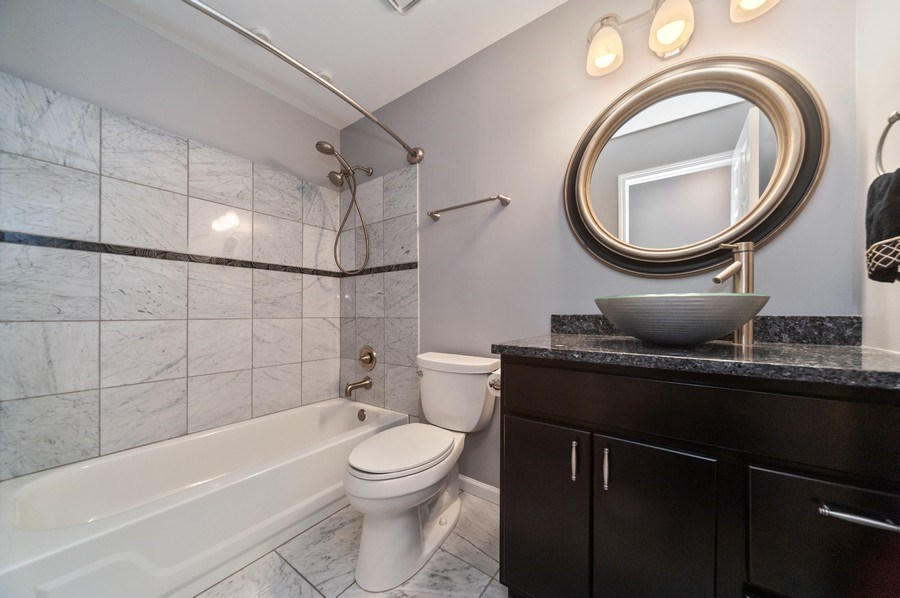 Real Estate Photography - 117B Rob Roy, Second flr, Prospect Hgts, IL, 60070 - Bathroom