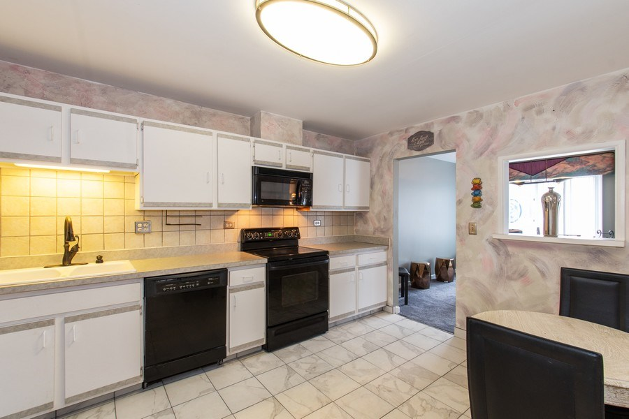 Real Estate Photography - 890 Swan, Deerfield, IL, 60015 - Kitchen