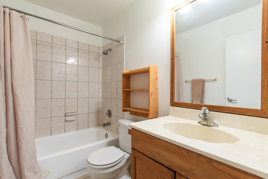Real Estate Photography - 890 Swan, Deerfield, IL, 60015 - Bathroom