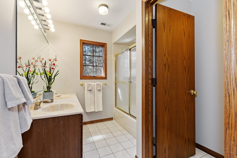 Real Estate Photography - 9 Sheffield Lane, Oak Brook, IL, 60523 - Shared Bathroom