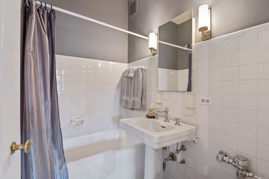 Real Estate Photography - 1426 Chicago Avenue, 2-South, Evanston, IL, 60201 - Bathroom