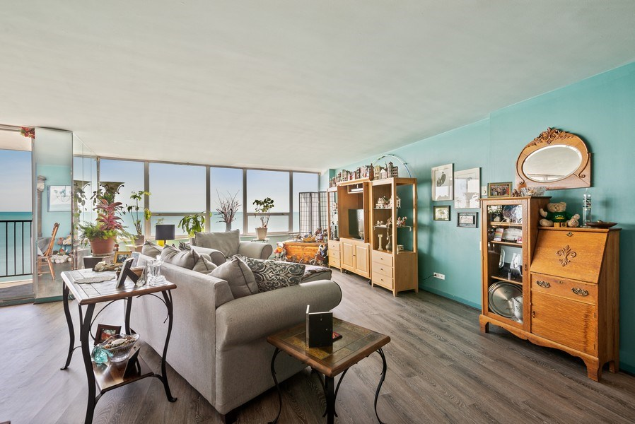 Real Estate Photography - 6101 N Sheridan Rd East 6-C, Chicago, IL, 60660 - Living Room