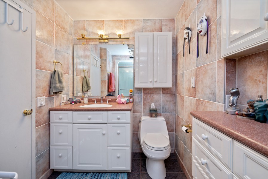 Real Estate Photography - 6101 N Sheridan Rd East 6-C, Chicago, IL, 60660 - Master Bathroom
