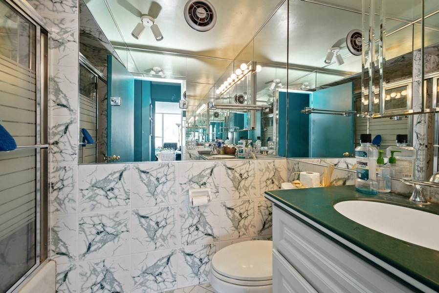 Real Estate Photography - 6101 N Sheridan Rd East 6-C, Chicago, IL, 60660 - 2nd Bathroom