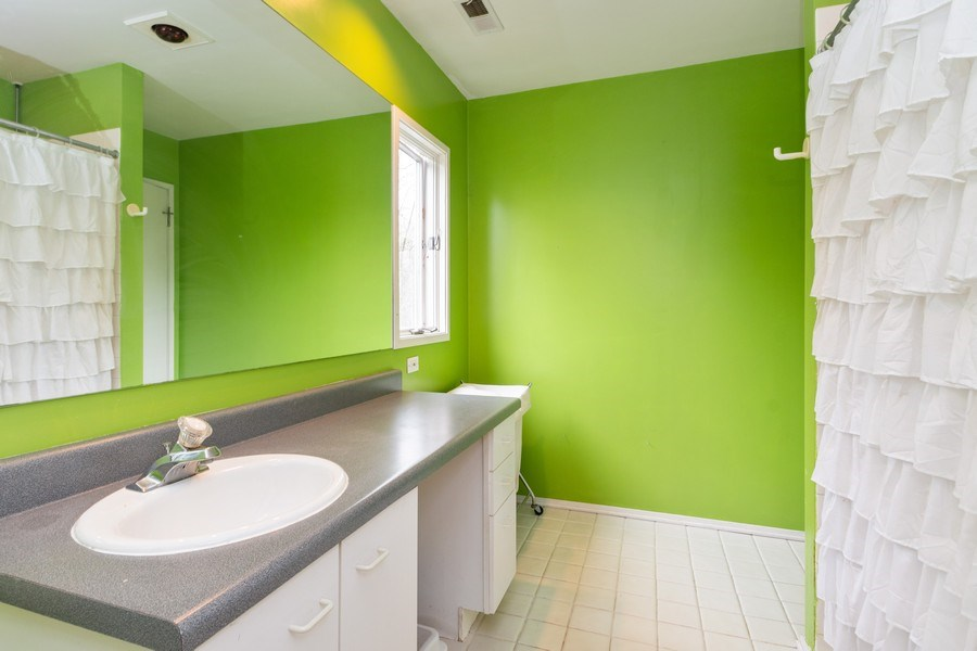 Real Estate Photography - 2303 Hutchison, Flossmoor, IL, 60422 - 2nd Bathroom