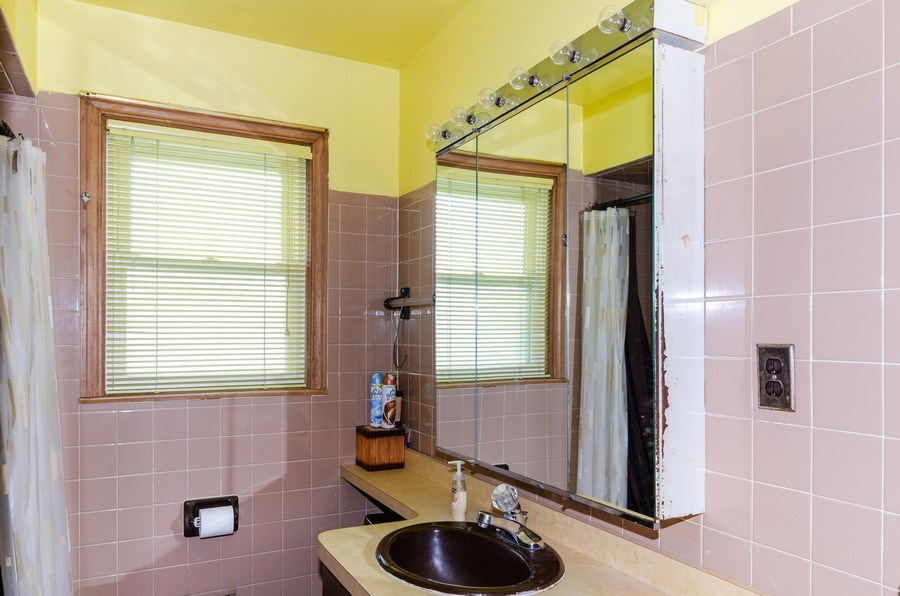 Real Estate Photography - 11605 S. Parnell, Chicago, IL, 60628 - Bathroom
