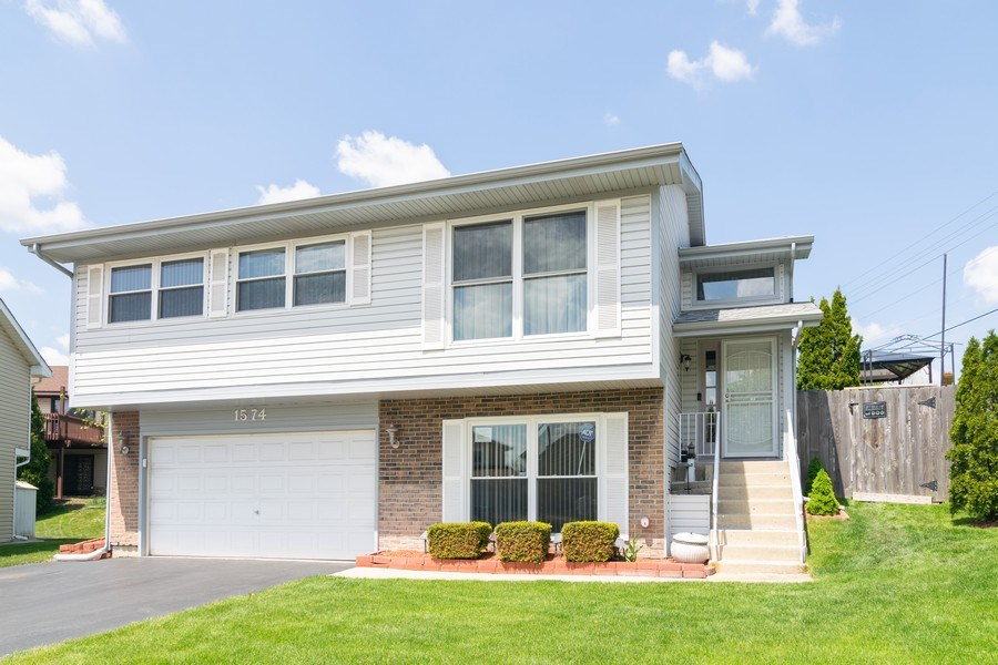 Real Estate Photography - 1574 Brookside Dr., Hoffman Estates, IL, 60194 - Front View