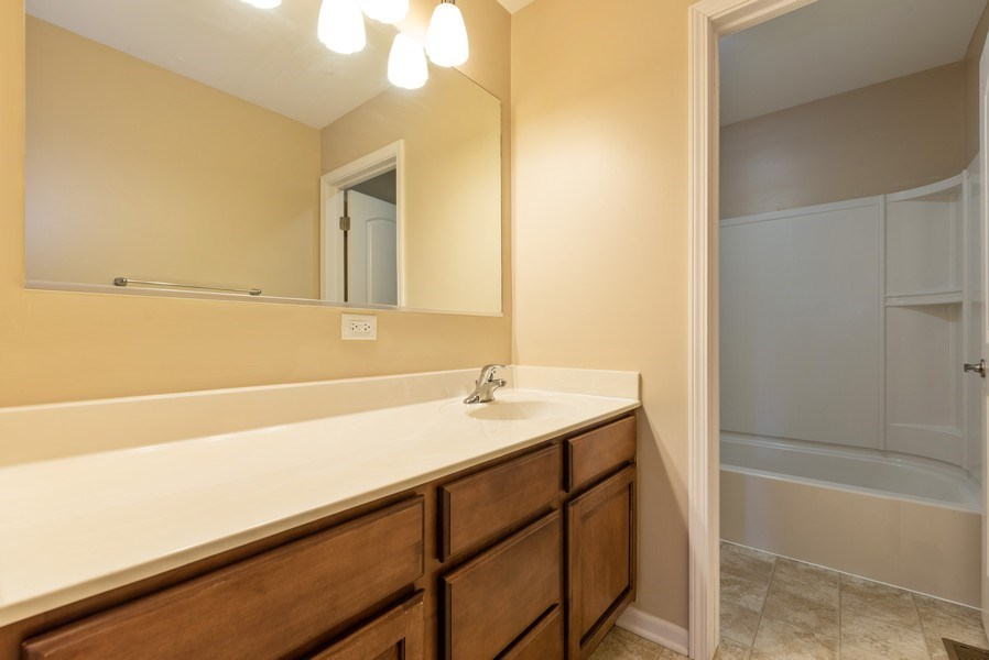 Real Estate Photography - 436 W Amberside Drive, Elgin, IL 60124, Elgin, IL, 60124 - 2nd Bathroom