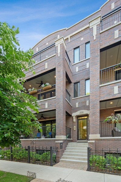 Real Estate Photography - 3950 N Hoyne, 2S, Chicago, IL, 60618 - Front View