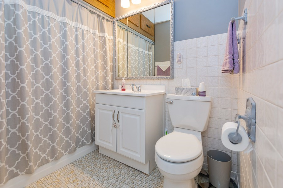 Real Estate Photography - 6315 84th Pl, Burbank, IL, 60459 - Bathroom