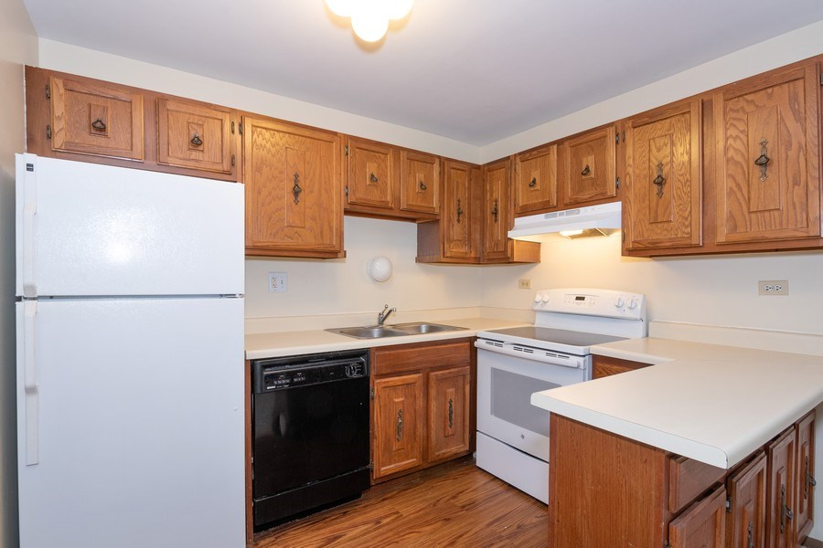 Real Estate Photography - 4440 Arbor Circle #4, Downers Grove, IL, 60515 - Kitchen