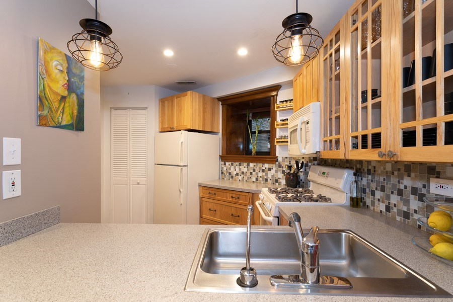 Real Estate Photography - 1048 W Buena Ave, Unit GB, Chicago, IL, 60613 - Kitchen